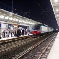 Guasti e ritardi per un Intercity notte, malori a bordo per il caldo: cede
