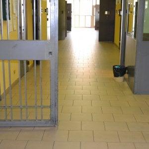 Ferrara, detenuto si impicca coi jeans
