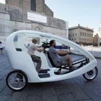 Bologna, le auto blu a pedali: i risciò diventano