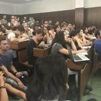 """""""Prof di giorno e baristi di notte per mille euro"""": Bologna, la protesta dei precari..."""