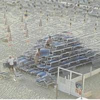 Rimini, l'impresa dei vandali: con i lettini formano una piramide