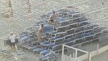 L'impresa dei vandali:  con i lettini formano una piramide in spiaggia