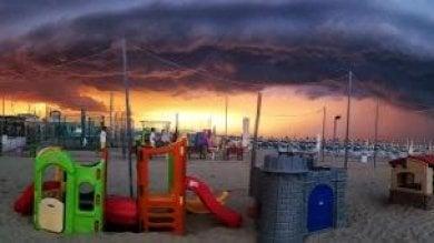 Il temibile temporale è uno spettacolo la shelf cloud sulla Riviera romagnola