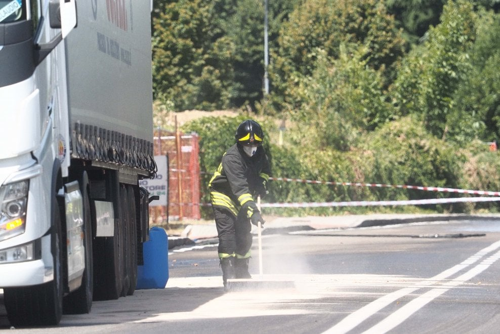 Bologna, tir perde sostanze tossiche: caos in via Ferrarese