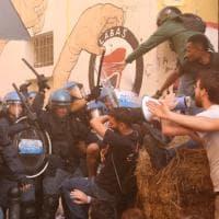 Bologna, lo sgombero di Làbas: tensione in via Orfeo, il fotoracconto