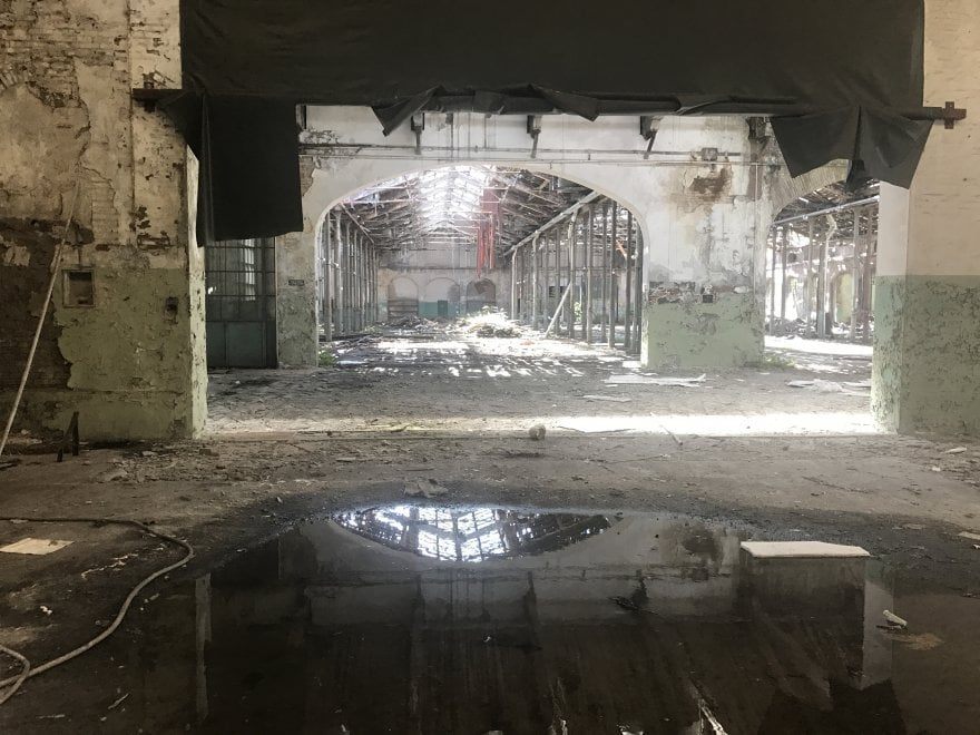 Bologna, nell'ex Staveco tra rifiuti e muri crollati: qui i clochard dormono nel degrado