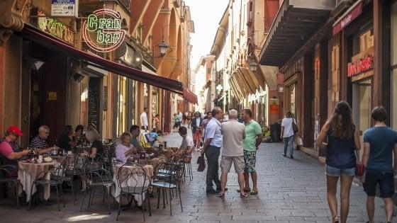 Ferragosto a Bologna, la mappa dei pub aperti: la movida non va (tutta) in ferie