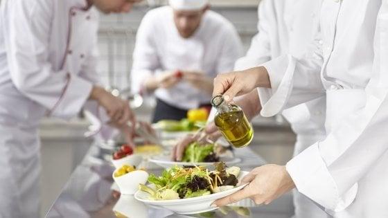 Ravenna, la vendetta dell'aiuto cuoco: riempie di lassativo l'acqua dello chef