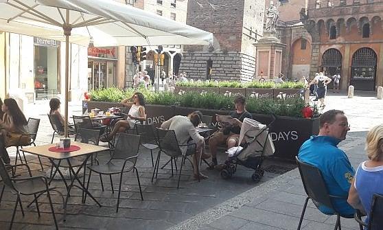 Arredamento Bar Bologna.Fioriere Anti Isis A Bologna Le Barriere Diventano Un