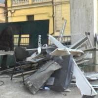 Fanno esplodere il bancomat, a Modena piovono banconote in strada