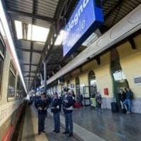 Bologna, allarme in stazione: taniche lasciate su un treno. Una testimone: