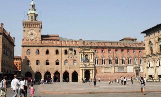 Bologna, piazza Maggiore diventa per tutti: sul 'Crescentone' uno scivolo per i disabili