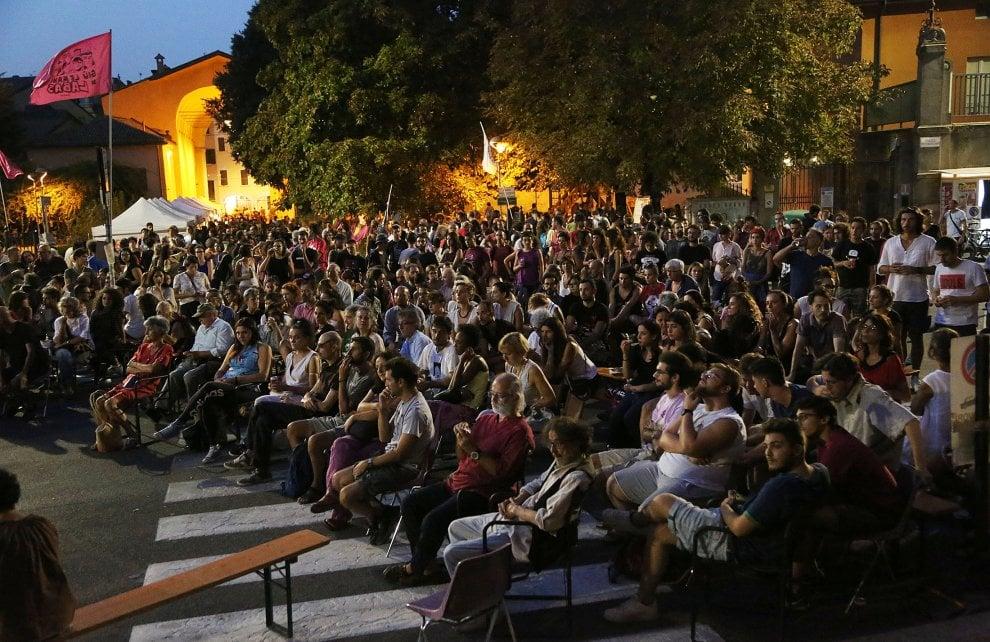 """Bologna, un migliaio all'assemblea di Làbas: """"Riapriamolo"""""""