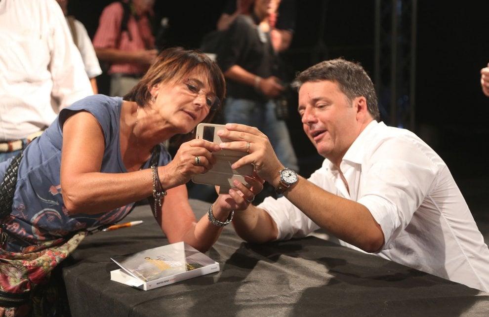 """Selfie e autografi per Renzi alla festa dell'Unità di Bologna: """"I gufi sono ancora in ferie"""""""