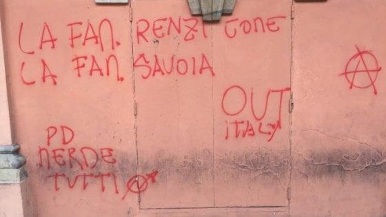 Insulti contro Renzi e Prodi sui muri del teatro Comunale di Bologna