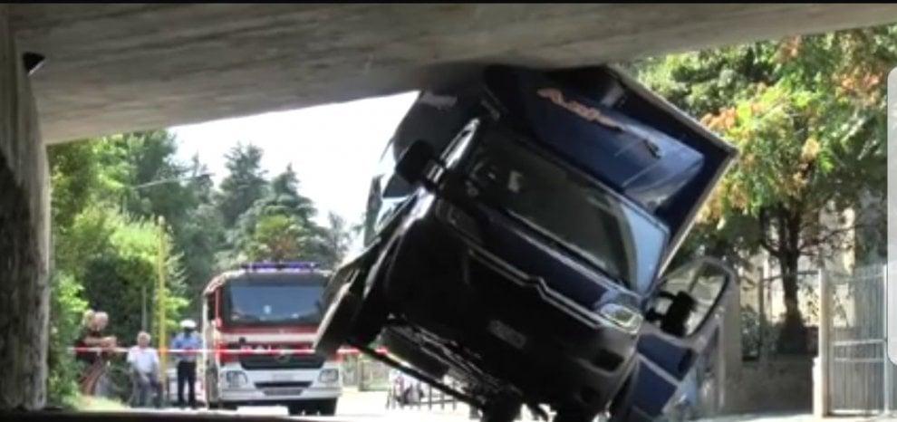 Casalecchio, il furgone è troppo alto e resta incastrato nel sottopassaggio