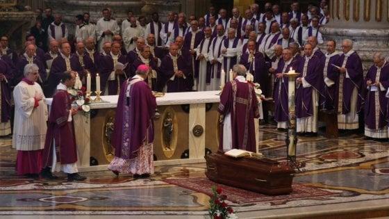"""I funerali del cardinale Caffarra. Zuppi: """"Ha amato e servito l'unità della Chiesa"""""""