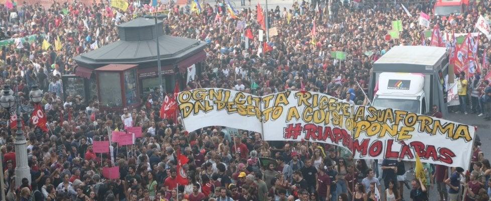 """Bologna, in migliaia in corteo per Làbas: """"Un'altra città è possibile"""""""