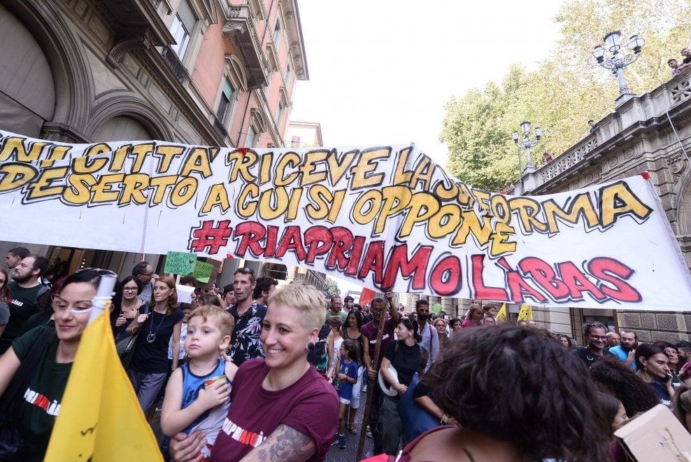 """""""Riapriamo Làbas"""", la manifestazione per le strade di Bologna"""