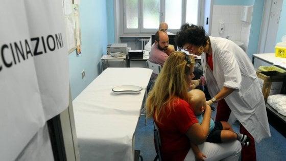 Caos vaccini alle materne, a Bologna in regola metà delle famiglie