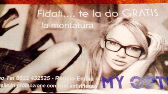 """""""Fidati, te la do gratis"""": pubblicità sessista, bufera su un ottico di Reggio Emilia"""