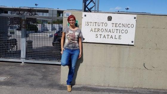 Forlì, il suo primo giorno di scuola a 22 anni: in cattedra, prof di ruolo