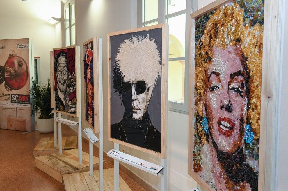 I ritratti di Marilyn, Vasco, Dalla: a Modena i rifiuti si trasformano in opere d'arte