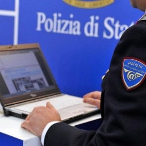 Bologna, ossessionato dalla psicologa, le invia per anni mail e messaggi: ora è ai domiciliari