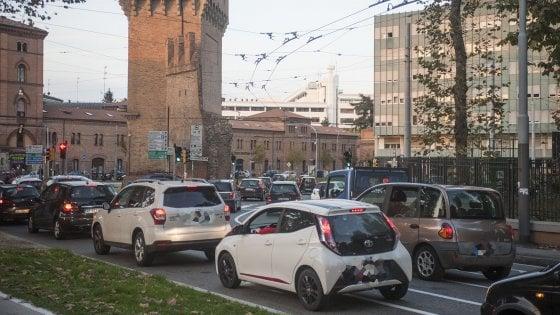"""Traffico, un'auto ogni due abitanti a Bologna (ma più """"eco"""")"""