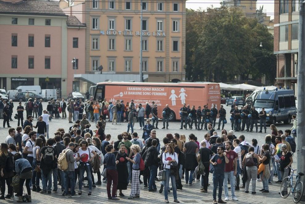 Il bus anti-gender fa tappa a Bologna: la protesta delle associazioni