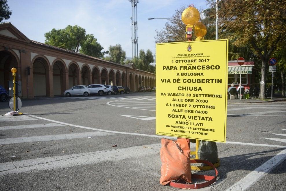 Quell'accento di troppo per de Coubertin sui cartelli del Papa a Bologna