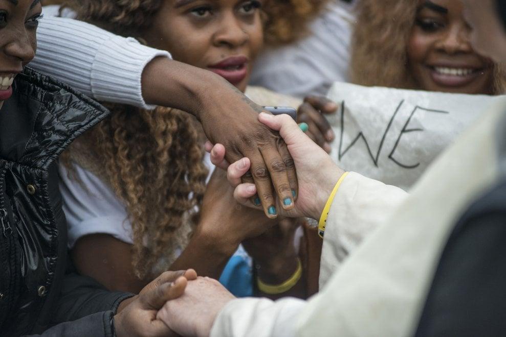 Papa Francesco indossa lo stesso braccialetto dei profughi a Bologna
