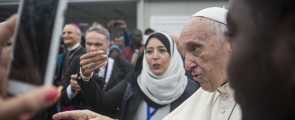 """L'abbraccio del Papa ai migranti: """"Siete lottatori di speranza. Bologna non abbia paura"""""""