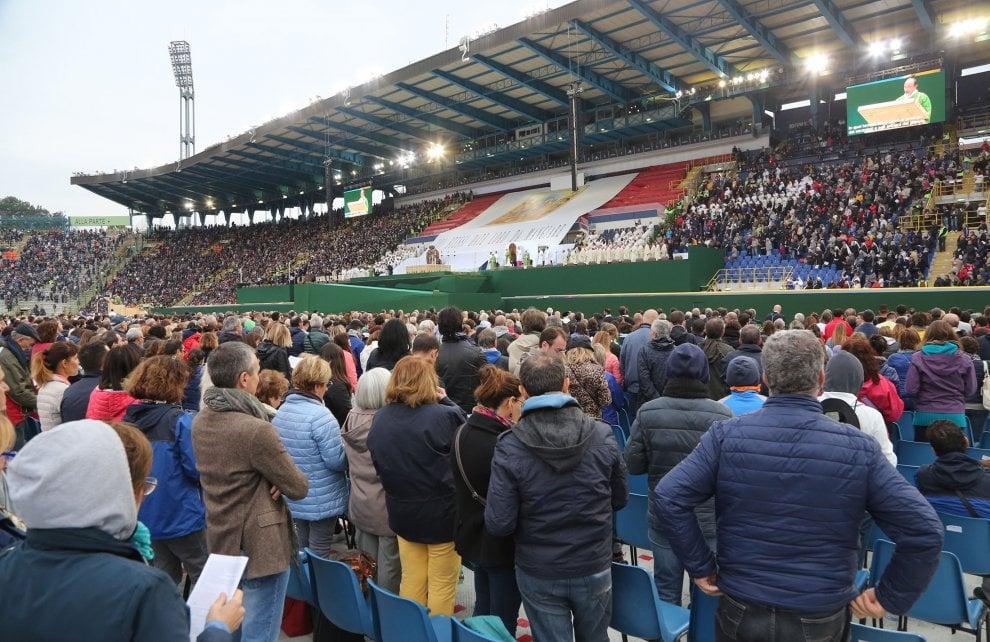Uno stadio per Papa Francesco: in 40mila per la messa a Bologna