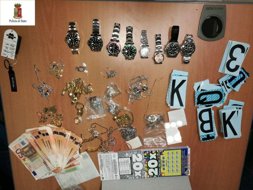 Gioielli, orologi di lusso e 9mila euro trovati dalla polizia di Bologna in una roulotte