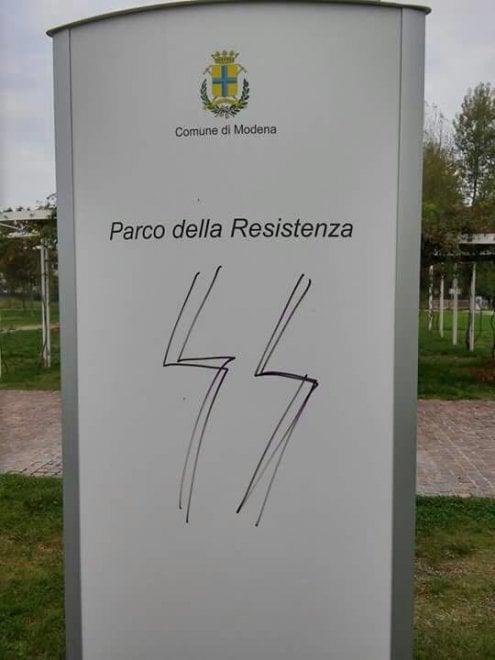 Svastiche e sigla Ss sulle lapidi al parco della Resistenza di Modena