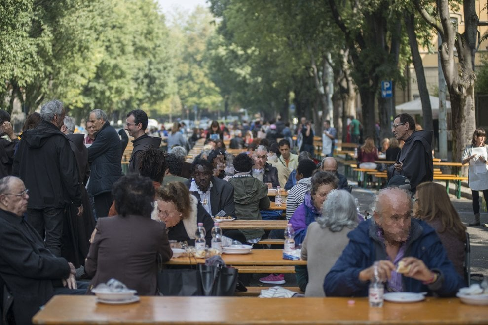 Non è street food, ma carità e vicinanza: il pranzo dell'Antoniano riempie una strada di Bologna