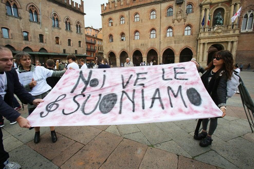 """Flash mob del liceo musicale Dalla in piazza Maggiore: """"Ridateci le ore di musica"""""""
