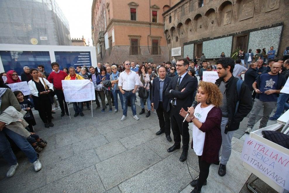 """""""Non girate le spalle ai bambini"""". Cittadinanza day, anche Bologna in piazza per lo Ius soli"""