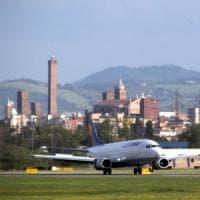 Bologna, arrestato al Marconi per stalking appena sceso dall'aereo