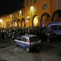 Movida, notte di caos in zona universitaria a Bologna: polizia ferma un