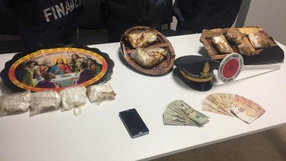La cocaina nascosta dentro un'Ultima cena: sequestro di droga all'aeroporto di Bologna