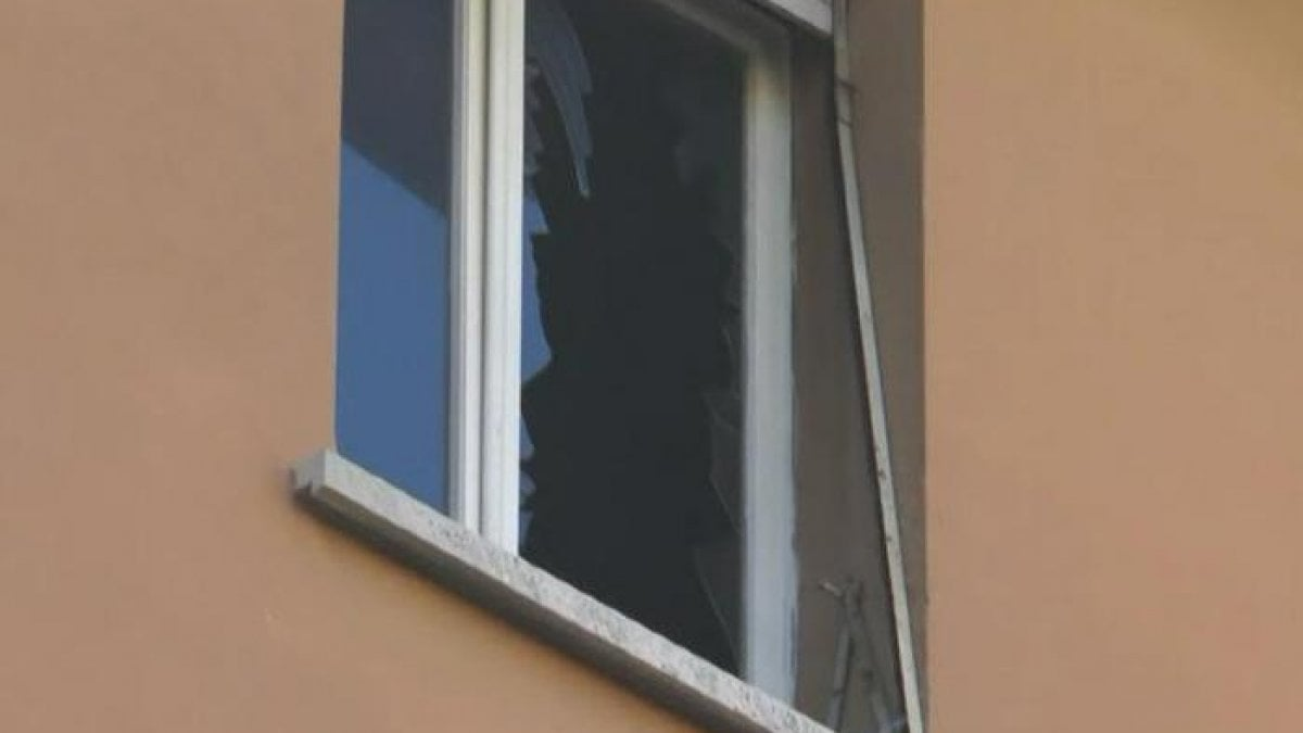 Bologna sistema la tenda della finestra cade dal quarto for Piano del telaio della finestra