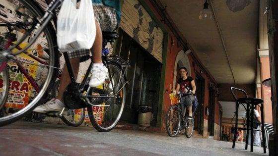 Bologna, bici contromano o sotto i portici: raffica di multe ai ciclisti