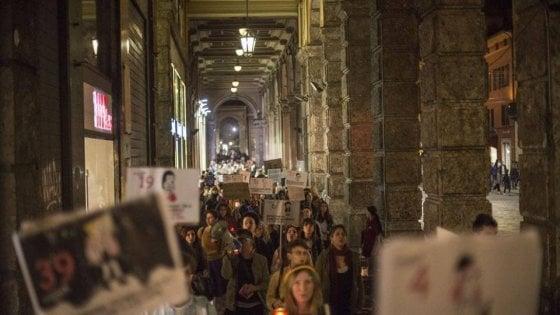 Bologna, pentole e mattarelli: la passeggiata notturna (e rumorosa) delle donne contro la violenza