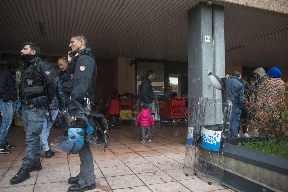 Bologna, sgombero al Galaxy: fuori dallo stabile anche le ultime famiglie