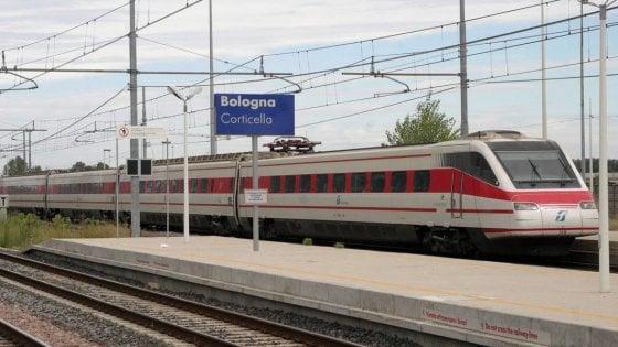 Il treno tira dritto a Bologna per errore, viaggiatori bloccati a Pianoro