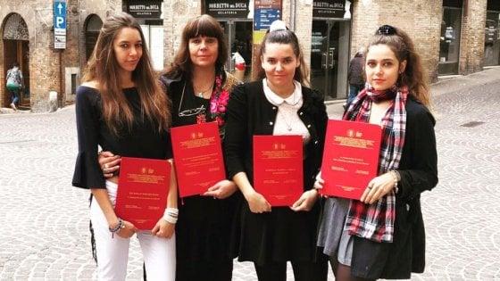 Mamma e tre figlie si laureano insieme nello stesso giorno all'Università di Urbino