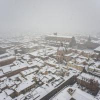 Maltempo, nevica in Emilia-Romagna. Aerei, treni e bus nel caos a Bologna. Appennino al buio