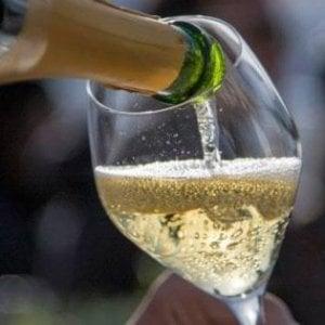 Bologna, apre bottiglia di champagne con la sciabola e ferisce una donna: a processo